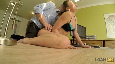 Охранник заставляет молодую воровку сосать член и растараканиваться на столе для секса