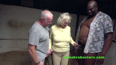 Молодая шлюха отсасывает двум старикам во время групповушки